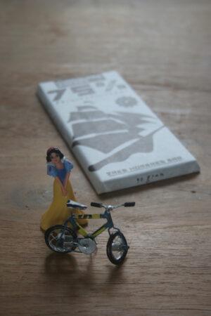 sneeuwwitje met fiets kwam een stukje chocolatemakers75 halen