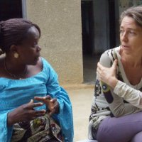 original beans projectleider hilde praat met lokale vrouw