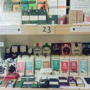presentatie van bean to bar chocoladerepen te koop bij winkel ieder z'n vak